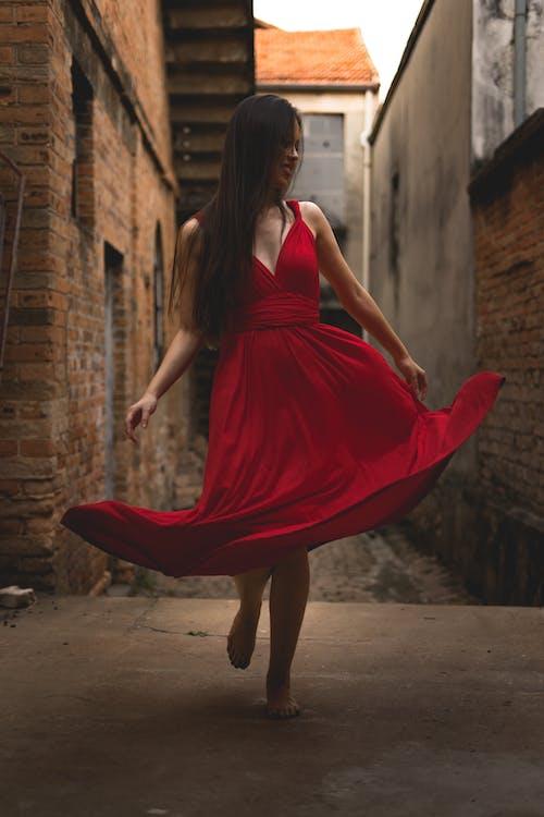 Immagine gratuita di a piedi nudi, alla moda, donna, elegante