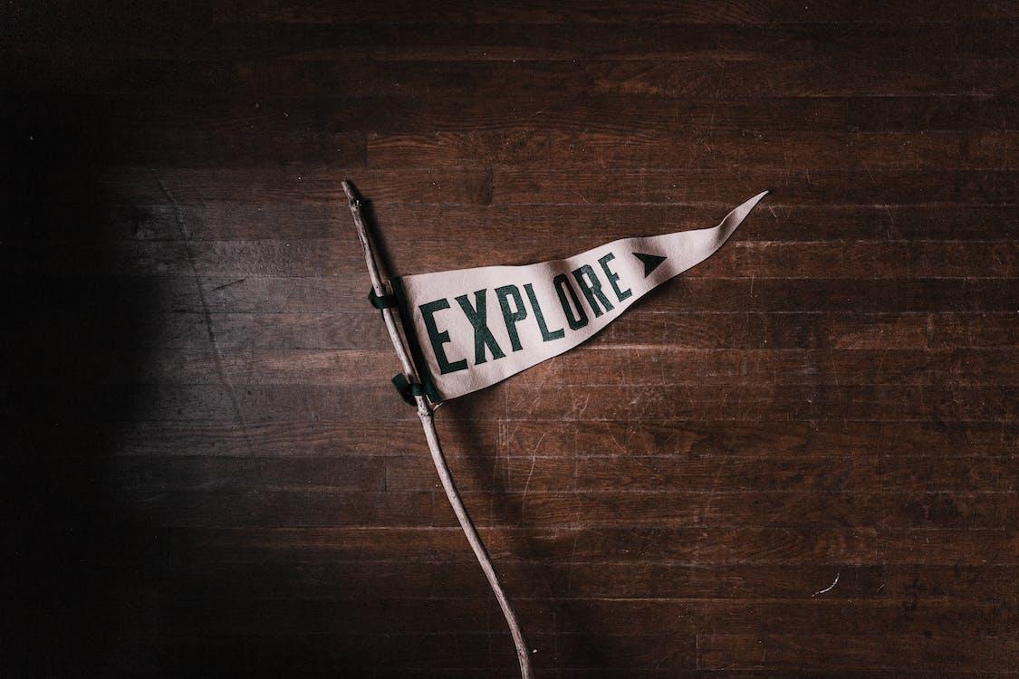 깃발, 단어, 탐험하다