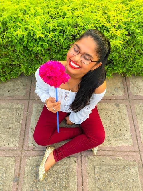 Foto profissional grátis de #menina, alegre, cenário, sorriso