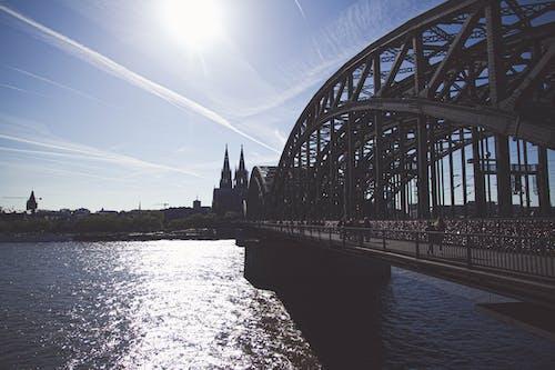Gratis stockfoto met architectuur, blauw, brug, gevangen nemen