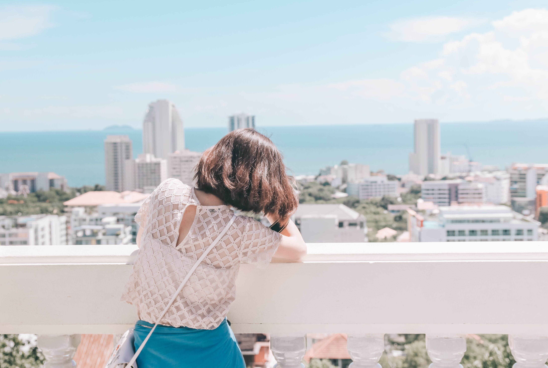 Δωρεάν στοκ φωτογραφιών με αρχιτεκτονική, αστικό τοπίο, γαλάζιος ουρανός, γυναίκα