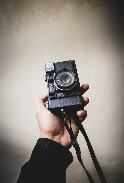 Fotobanka sbezplatnými fotkami na tému analógový fotoaparát. analógová kamera, držanie, fotoaparát, fotograf