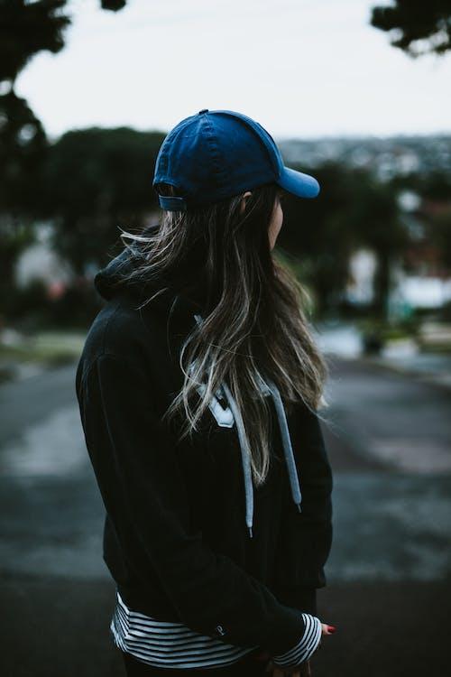Foto profissional grátis de acessórios para a cabeça, ao ar livre, boné, cabelo comprido