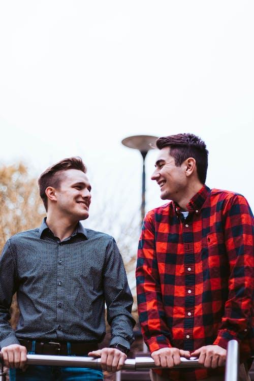 Foto Von Männern Lächelnd