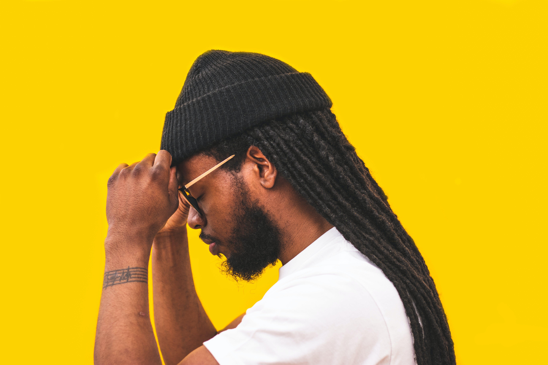 Kostenloses Stock Foto zu afroamerikanischer mann, arm, brillen, dreadlocks