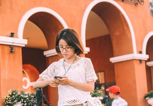 Kostnadsfri bild av ansiktsuttryck, arkitektur, asiatisk kvinna, asiatisk tjej