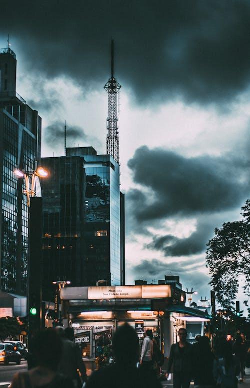Gratis stockfoto met architectuur, auto's, belicht, binnenstad