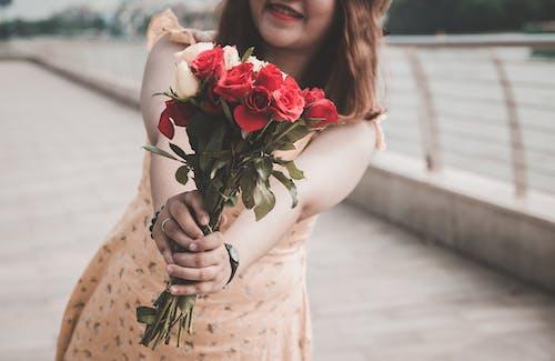 Ilmainen kuvapankkikuva tunnisteilla brunette, hymyily, kauniit kukat, kimppu
