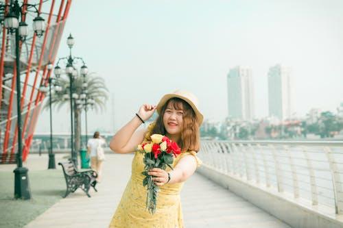 Darmowe zdjęcie z galerii z azjatka, bukiet kwiatów, dorosły, kapelusz