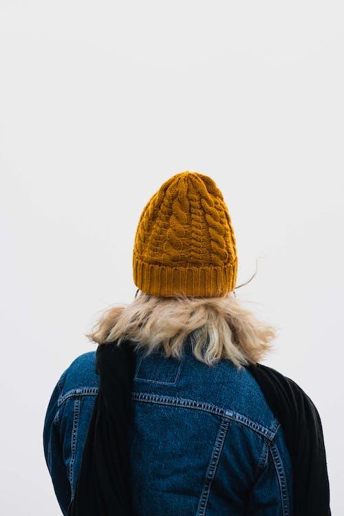 Fotos de stock gratuitas de boina de lana, bufanda, Chaqueta tejana, de espaldas