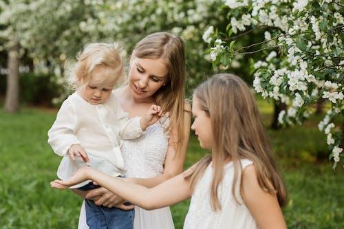 açık hava, aile, anne, anne ve çocuk içeren Ücretsiz stok fotoğraf