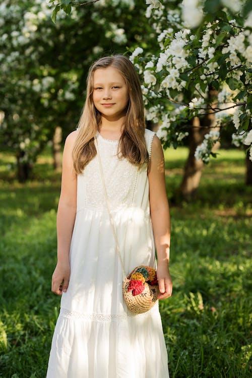 açık hava, Beyaz elbise, çim, fotoğraf çekimi içeren Ücretsiz stok fotoğraf