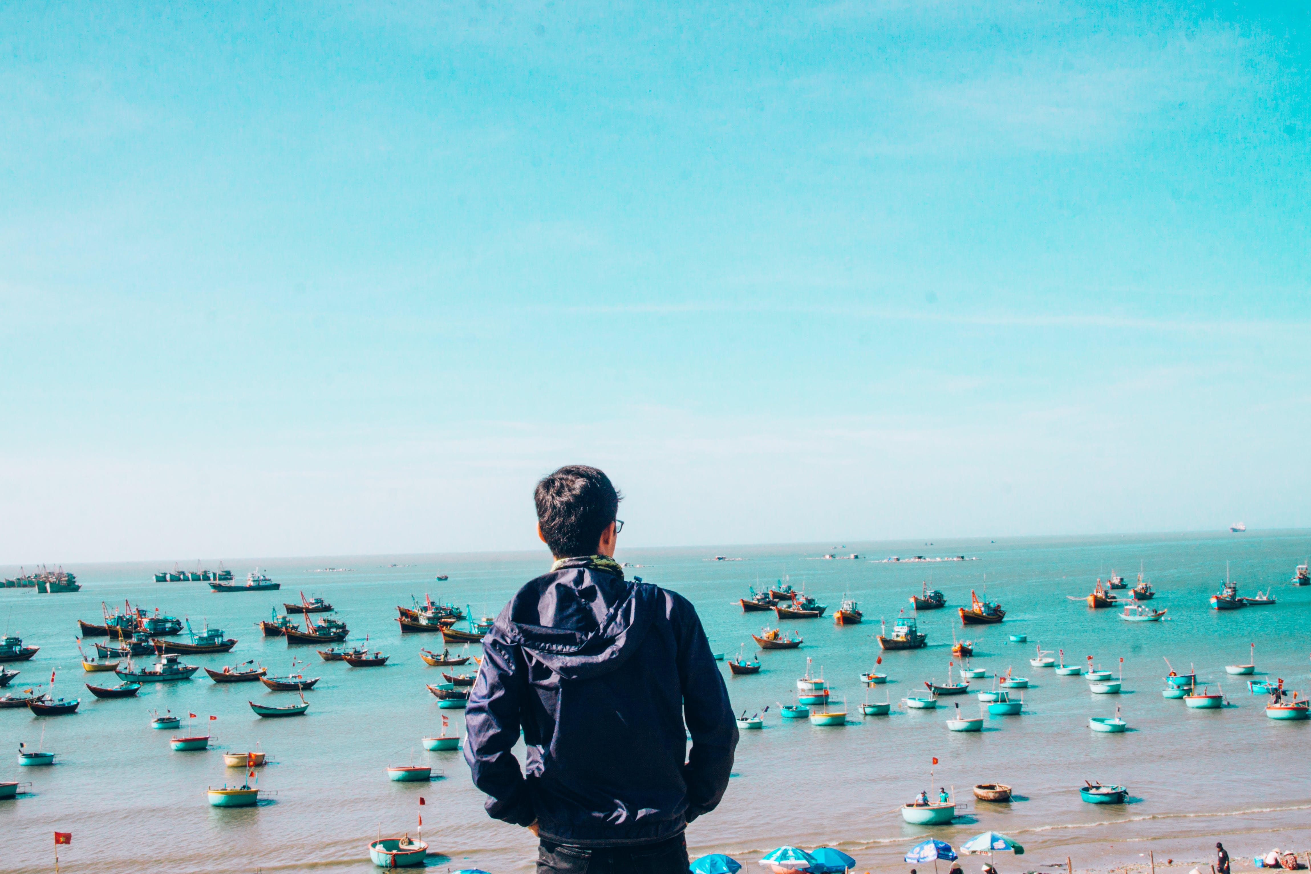 Kostenloses Stock Foto zu blauer himmel, blaues meer, boot, heißer junge
