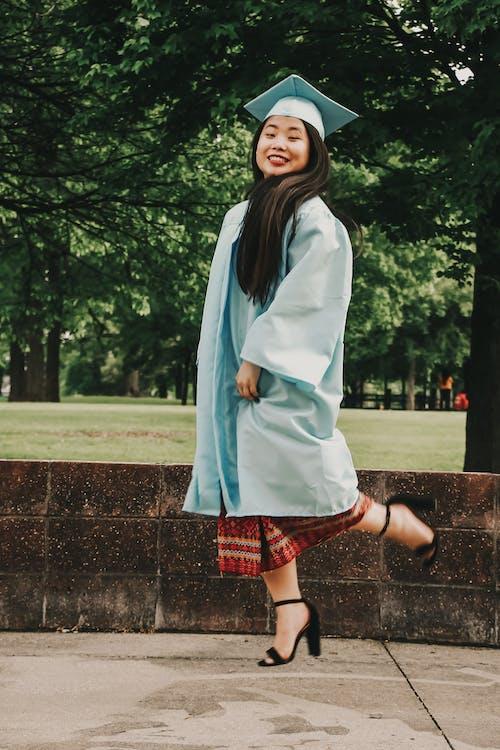 Kostenloses Stock Foto zu absolvent, asiatische dame, dame, draußen