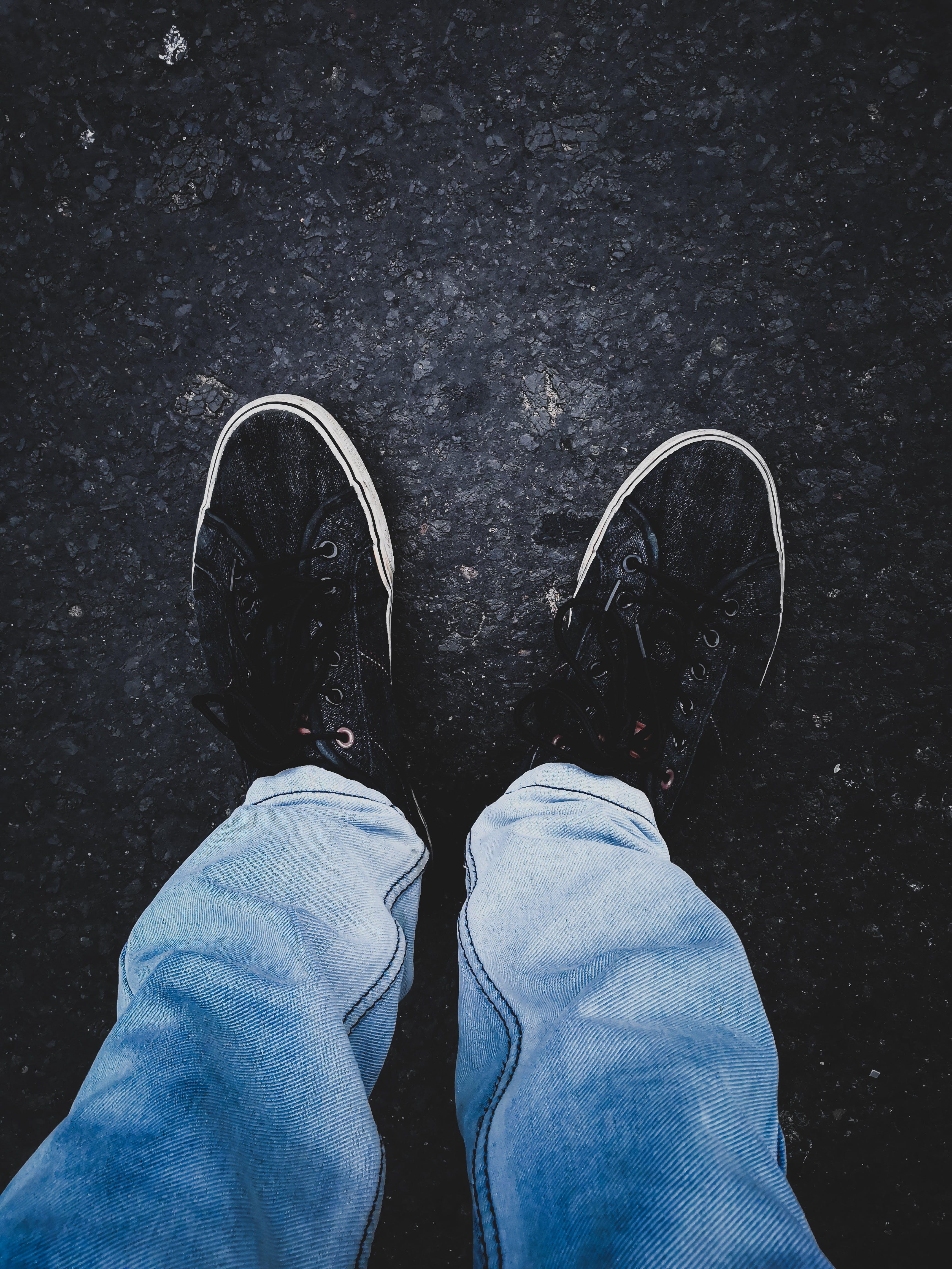 Foto profissional grátis de adulto, calça, calçados, de pé