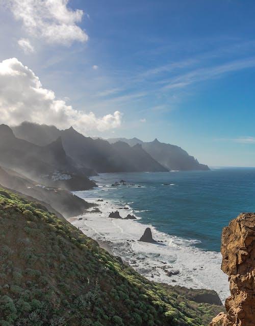 Безкоштовне стокове фото на тему «берег моря, Берегова лінія, вода, гори»