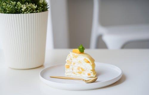 Beyaz Tabakta Meyveli Kek