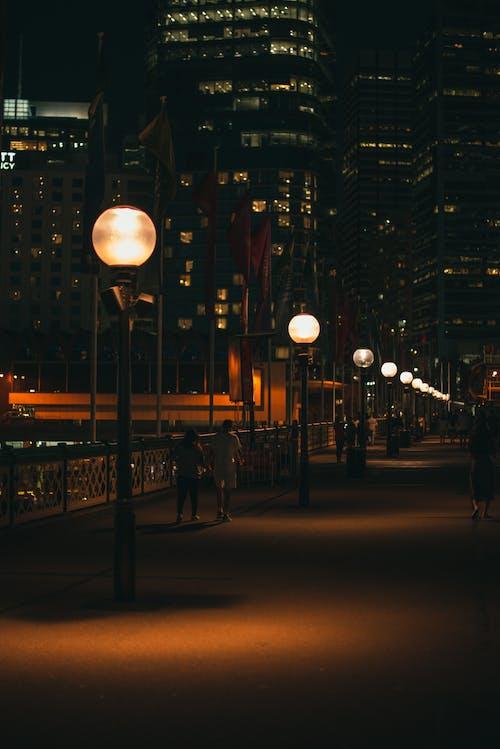 Foto profissional grátis de escuro, iluminação pública, iluminado, luzes