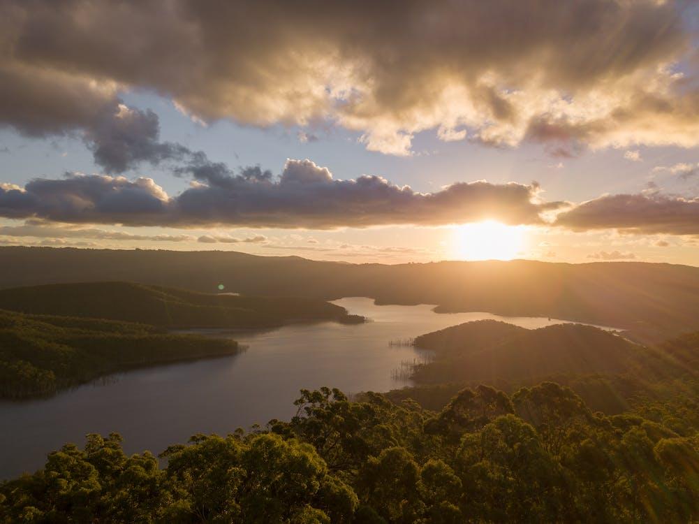 Vista Aérea Del Río Bajo El Rayo Del Sol