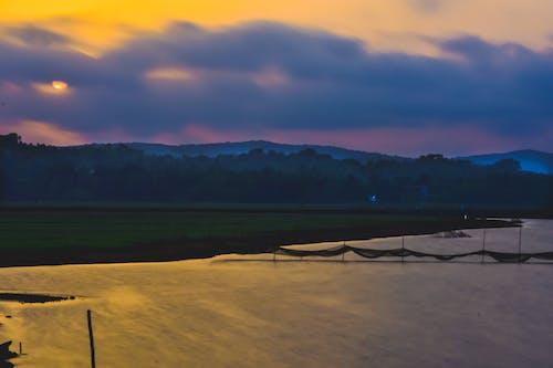 Foto stok gratis langit biru, lansekap, tepi sungai