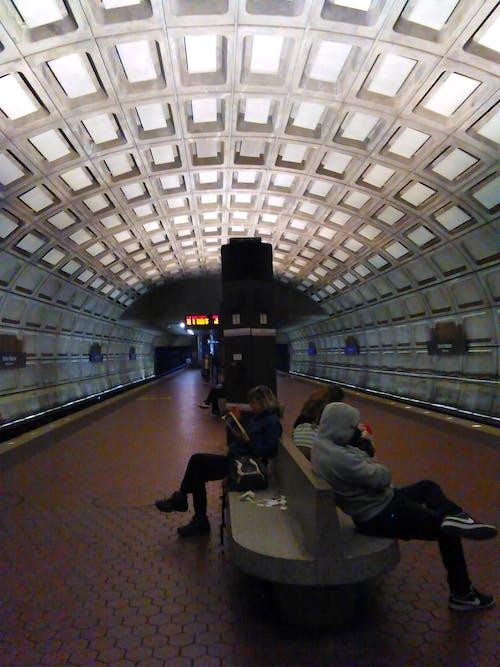 Fotobanka sbezplatnými fotkami na tému cestujúci, nástupište vmetre, pasažieri, plošina metra