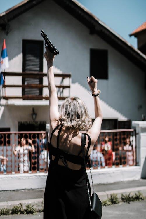 Základová fotografie zdarma na téma holka, srbsko, svatba, zbraň