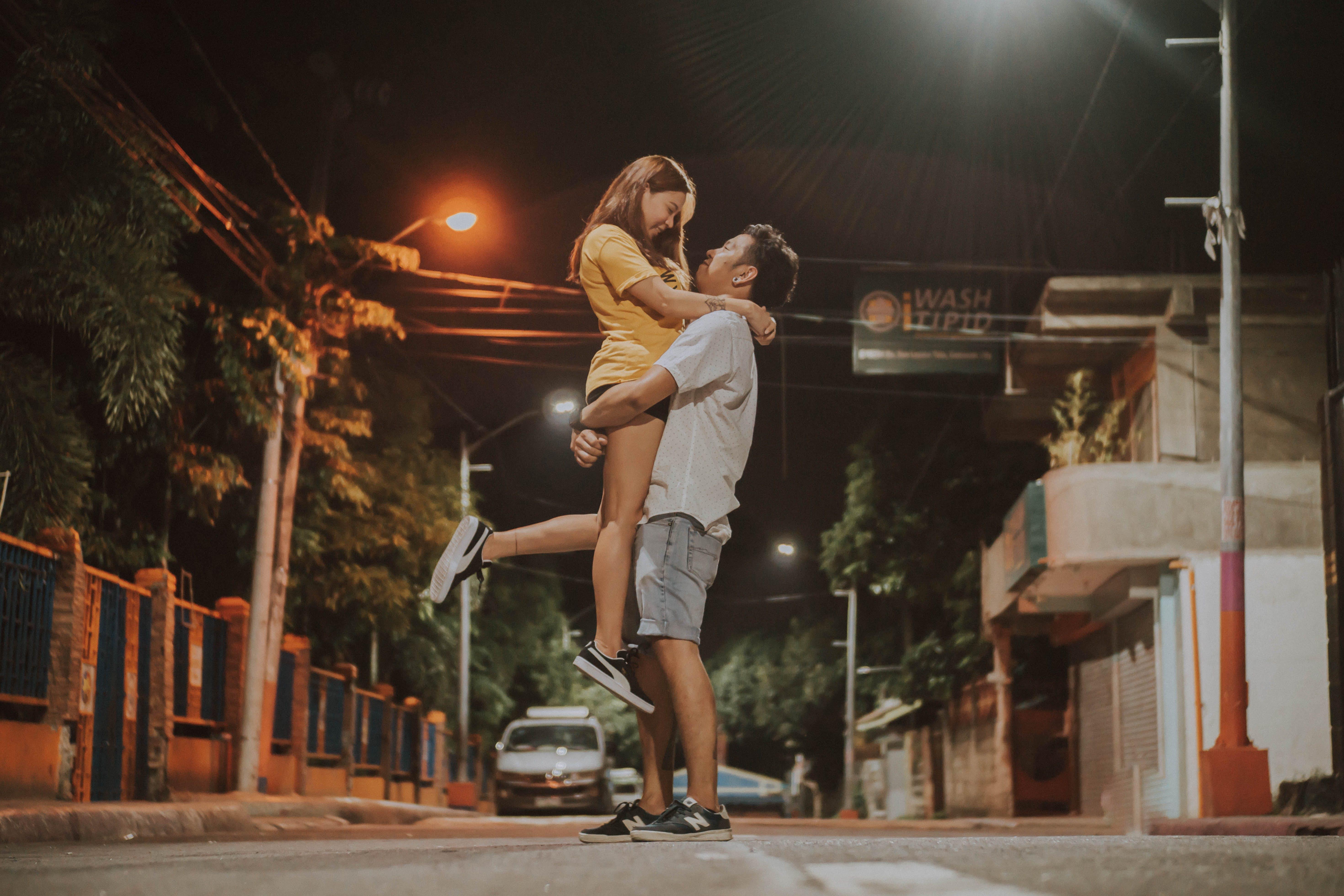 Gratis lagerfoto af gade, hengivenhed, kvinde, Kærlighed