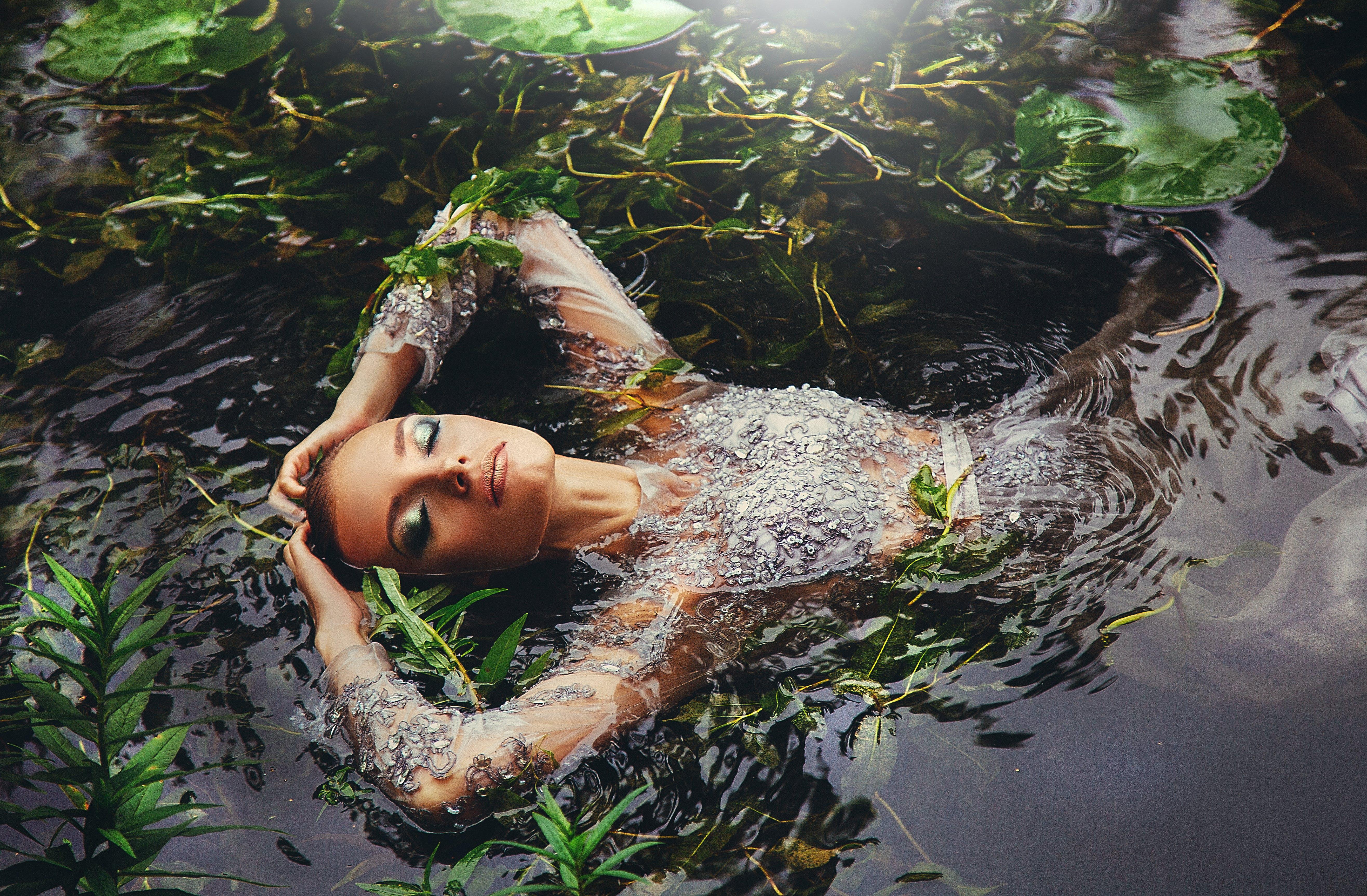 elbise, gölet, ırmak, Kadın içeren Ücretsiz stok fotoğraf