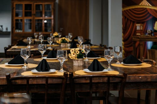 Безкоштовне стокове фото на тему «Бокали для вина, кімната, посуд, сервірування столу»