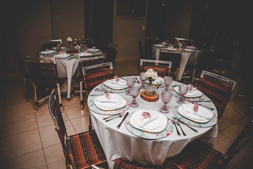 Photos gratuites de assiettes, banquet, chaises, mettre la table