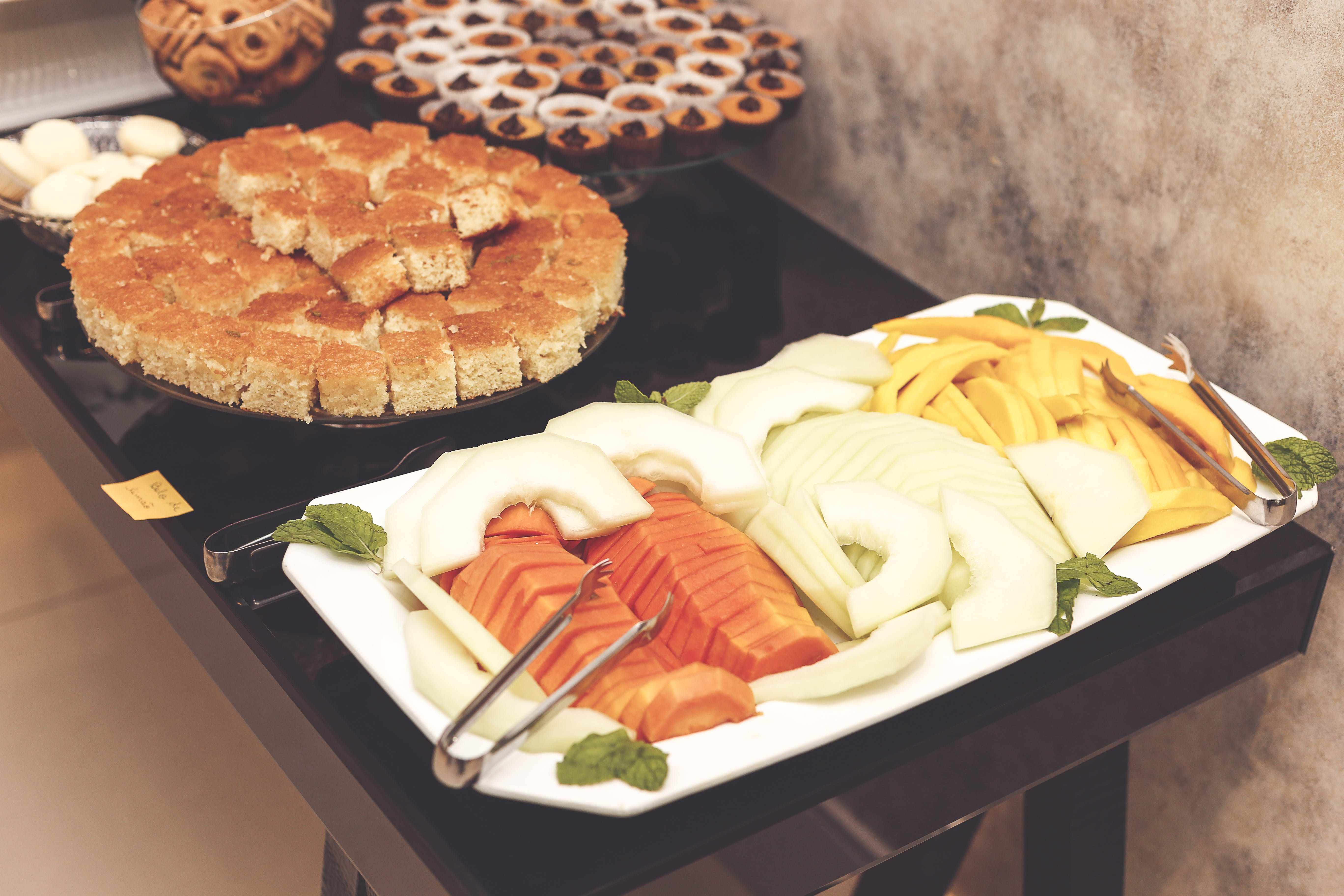 Gratis lagerfoto af bakke, blandede frugter, bord, brød