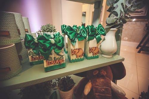 armağanlar, hediye, Hediyelik eşya, raf içeren Ücretsiz stok fotoğraf