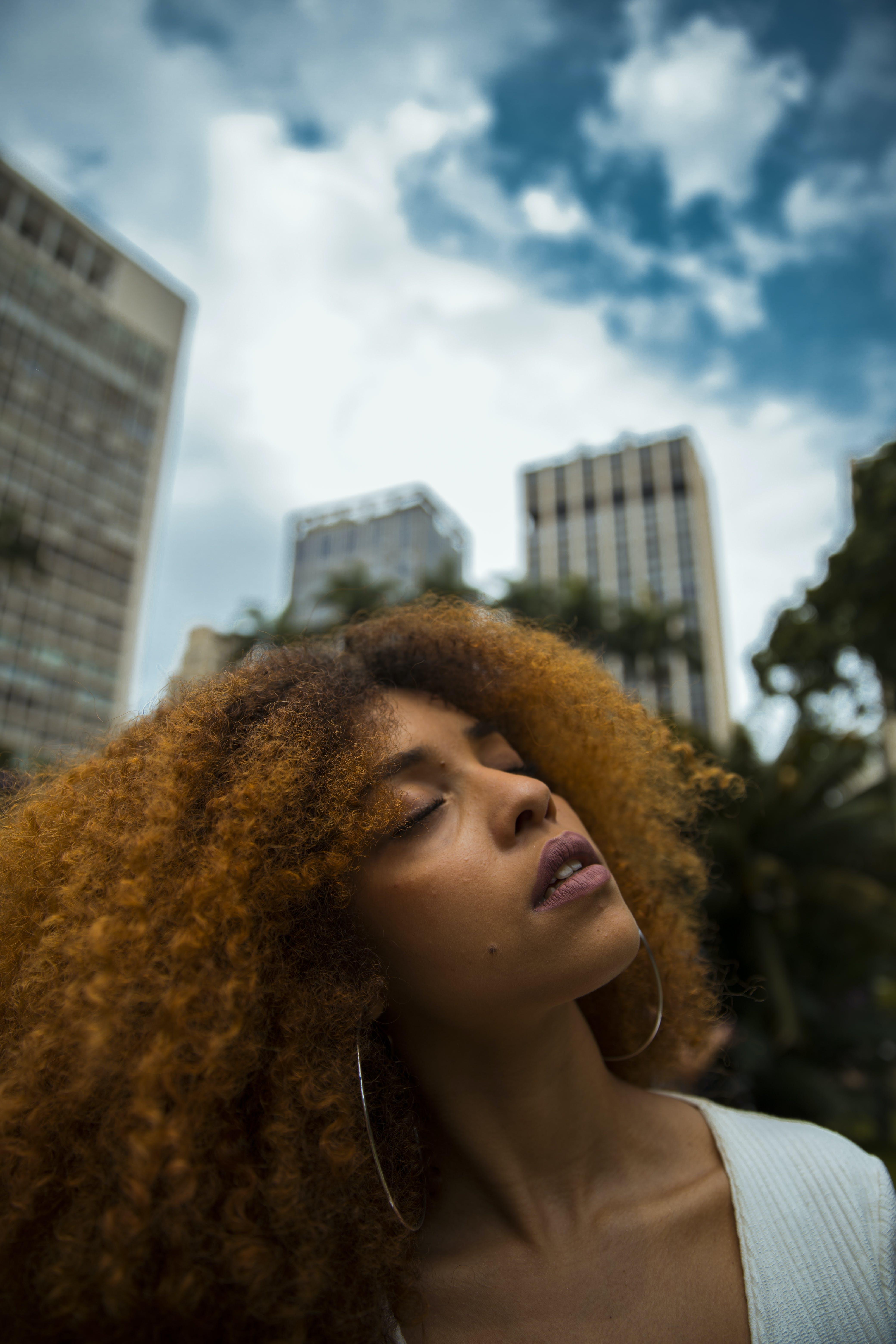 Δωρεάν στοκ φωτογραφιών με Άνθρωποι, αστικός, γυναίκα, δρόμος