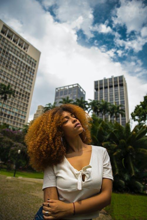 Безкоштовне стокове фото на тему «вродлива, жінка, краса, місто»