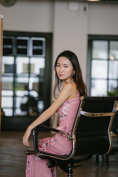 亞洲女人, 女人, 時尚, 椅子 的 免费素材照片