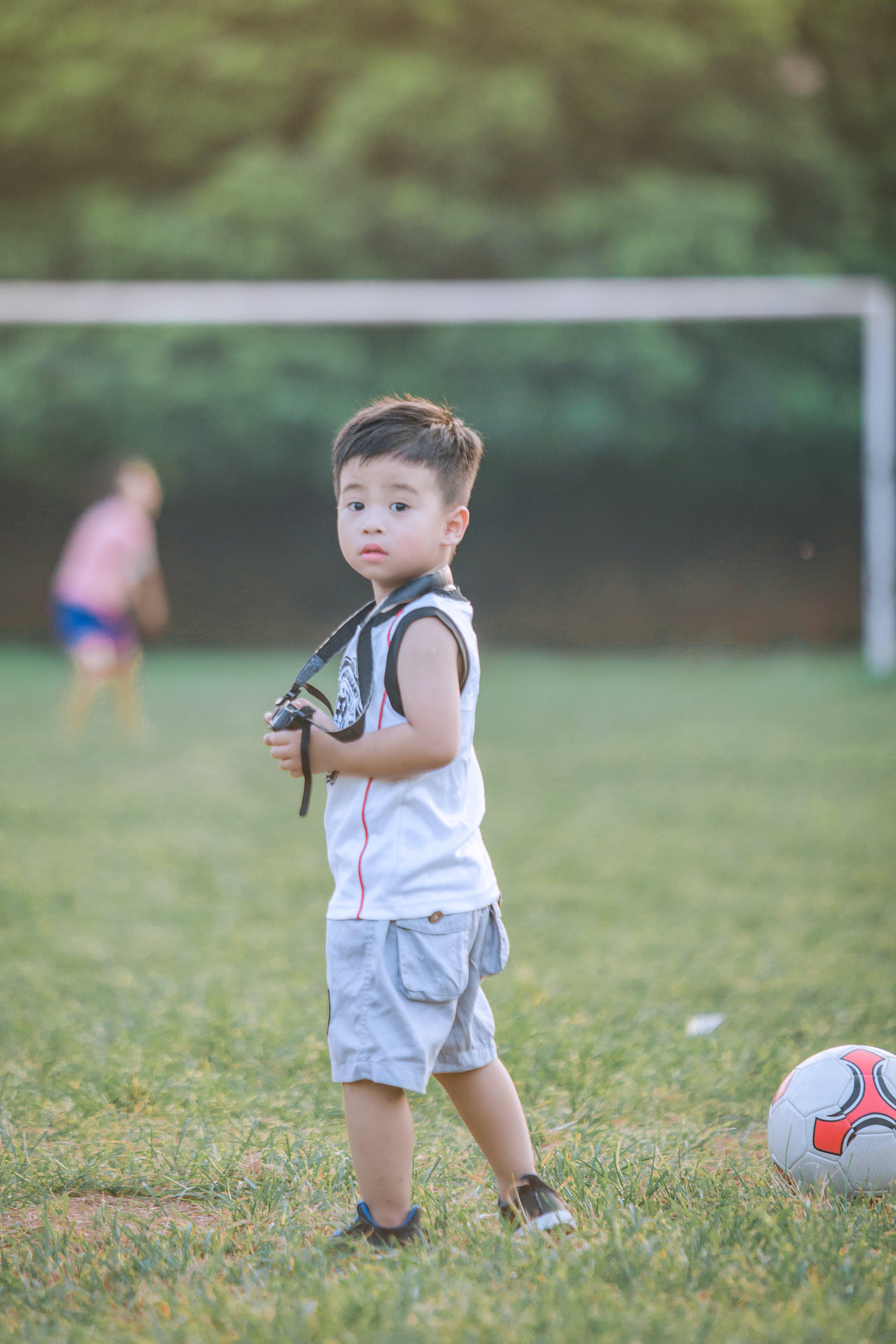 Foto d'estoc gratuïta de a l'aire lliure, adorable, bebè, bola