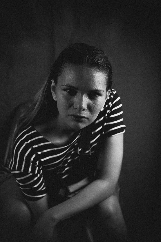 Foto stok gratis berpose, duduk, hitam dan putih, kaum wanita