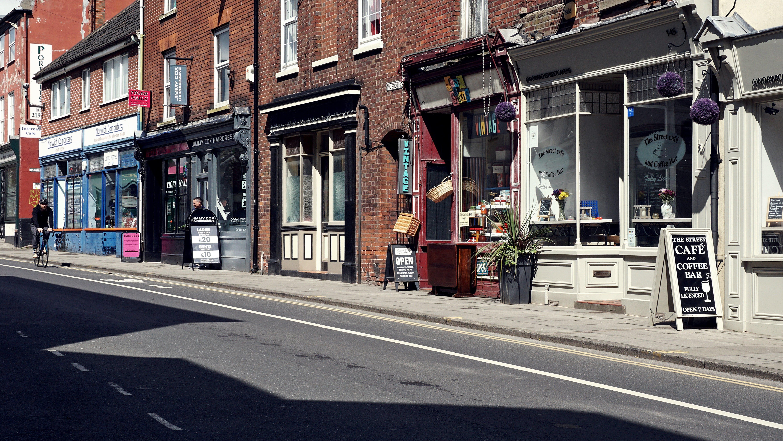 Gratis lagerfoto af butikker, by, café, gade