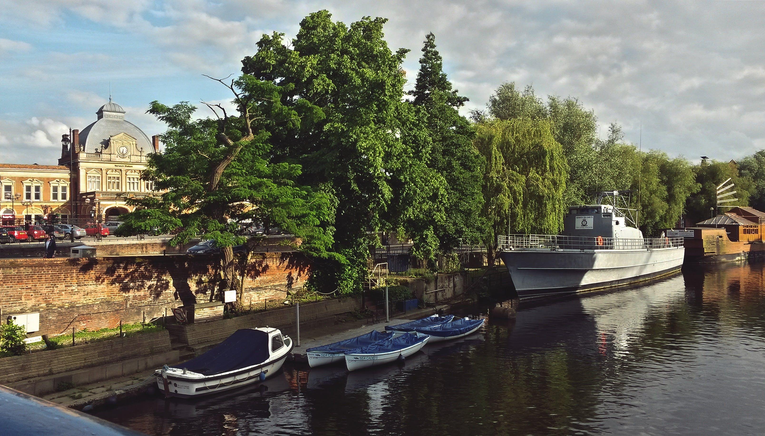 Gratis lagerfoto af både, by, flod, gammel by