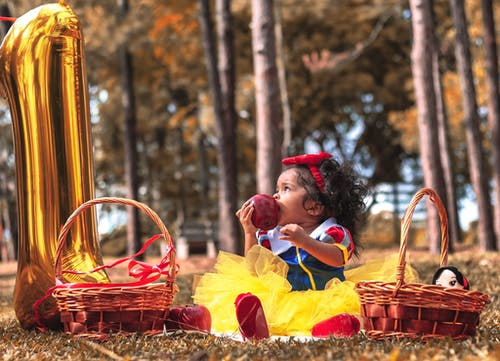 Foto stok gratis anak, anak perempuan cantik, apel, balita