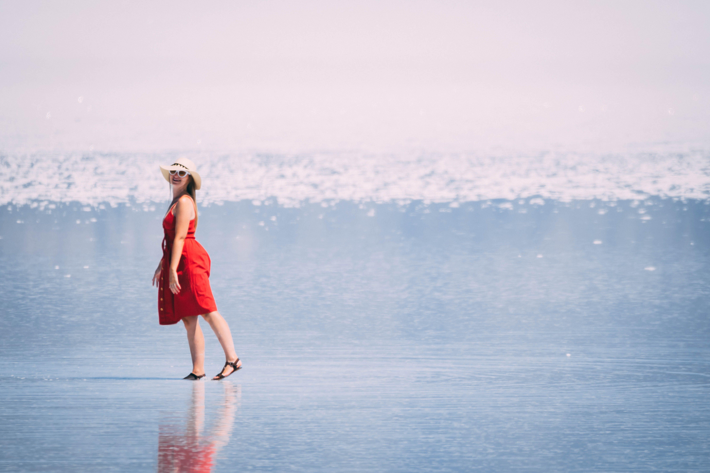 Základová fotografie zdarma na téma červené šaty, cestování, denní světlo, focení