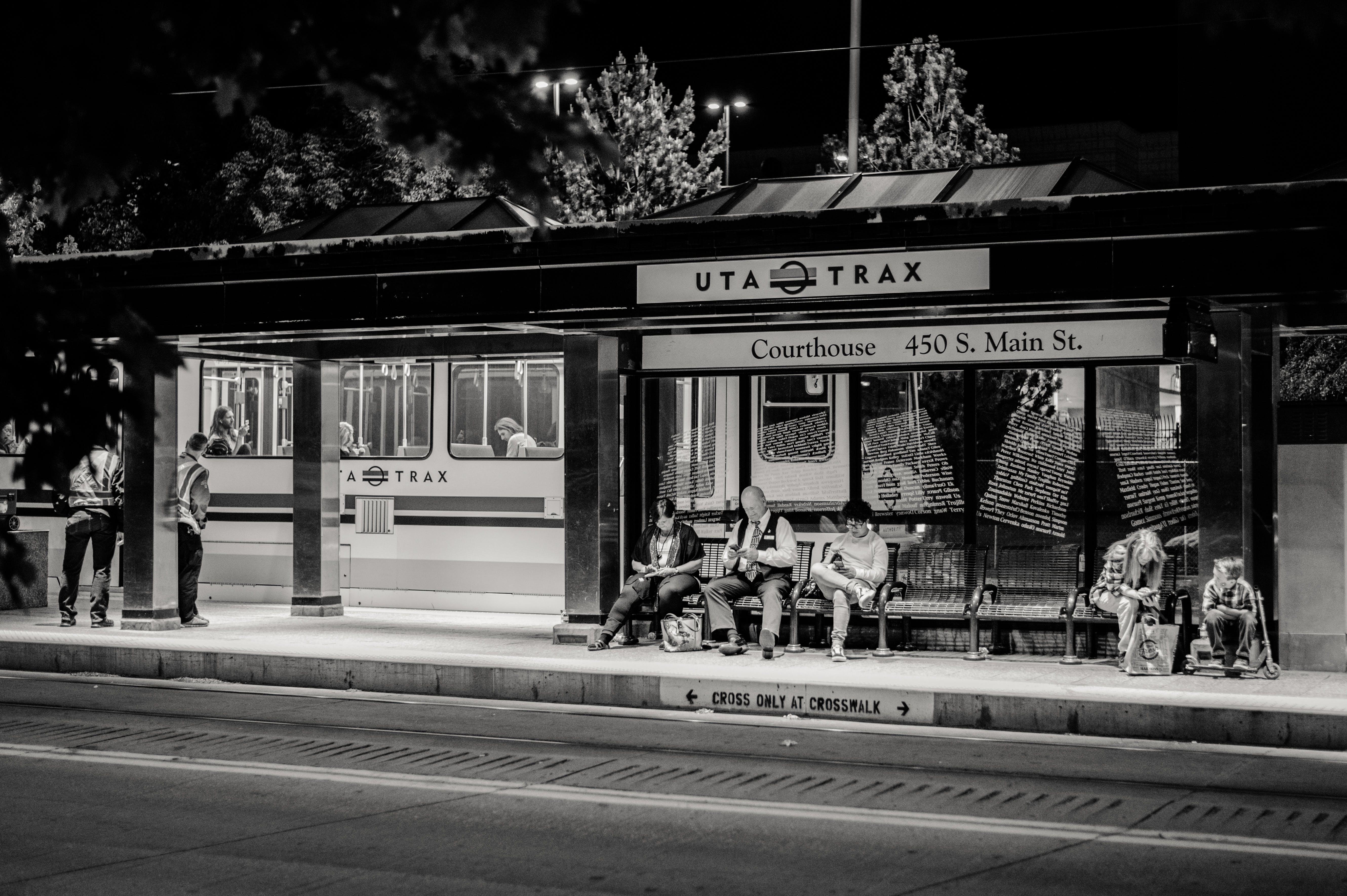 Foto stok gratis fotografi monokrom, jalur trem, kereta listrik, manusia