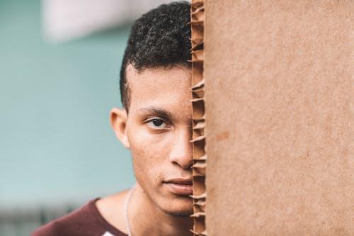 Бесплатное стоковое фото с выражение лица, картон, мальчик, мужчина