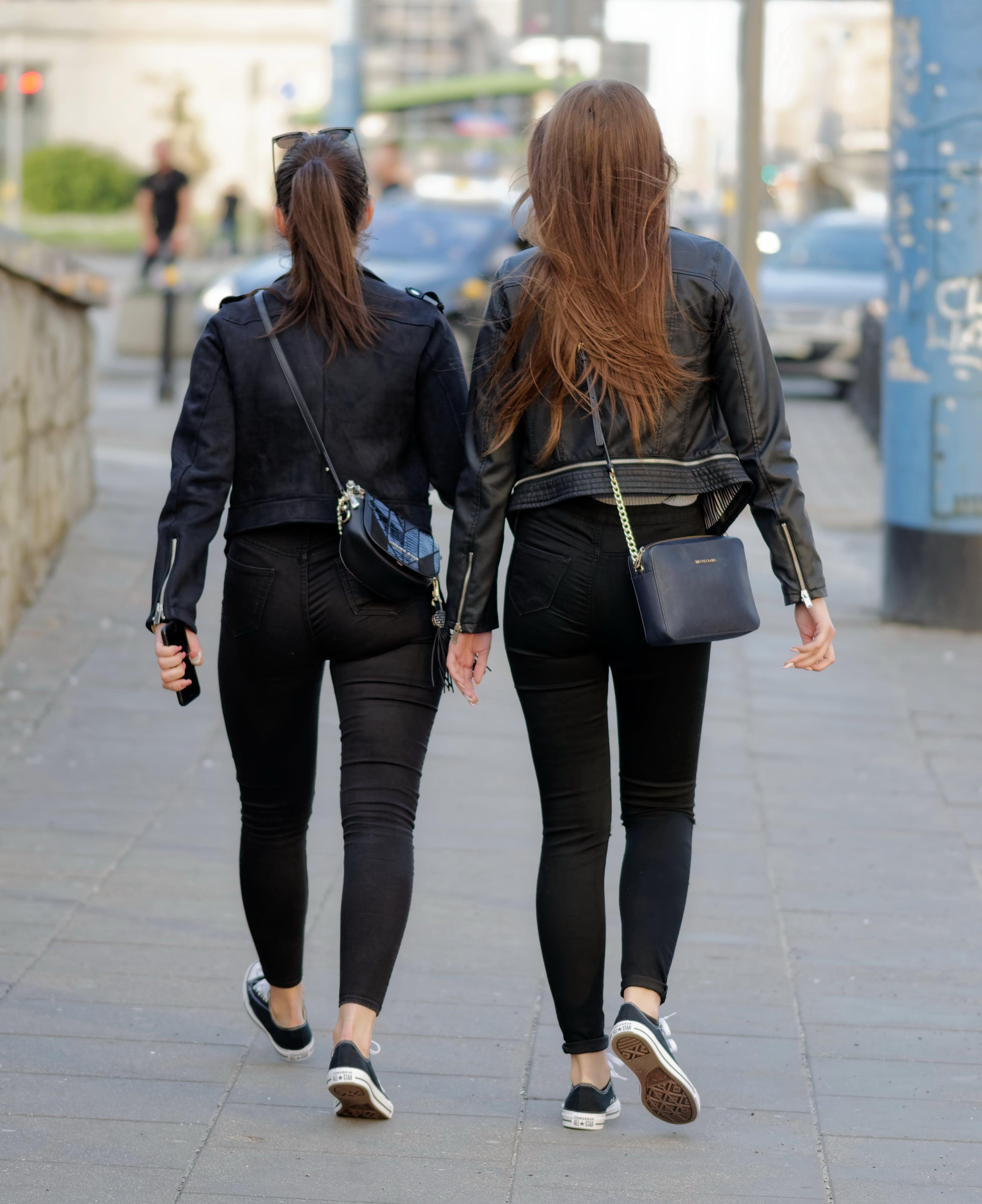 거리를 걷는 두 젊은 여성, 건물, 걷고 있는, 검은 옷의 무료 스톡 사진