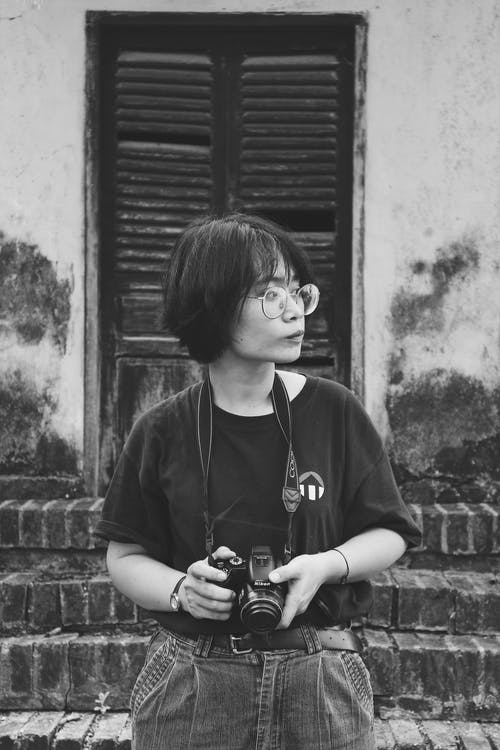 Fotobanka sbezplatnými fotkami na tému čierna a biela, dioptrické okuliare, držanie, DSLR fotoaparát
