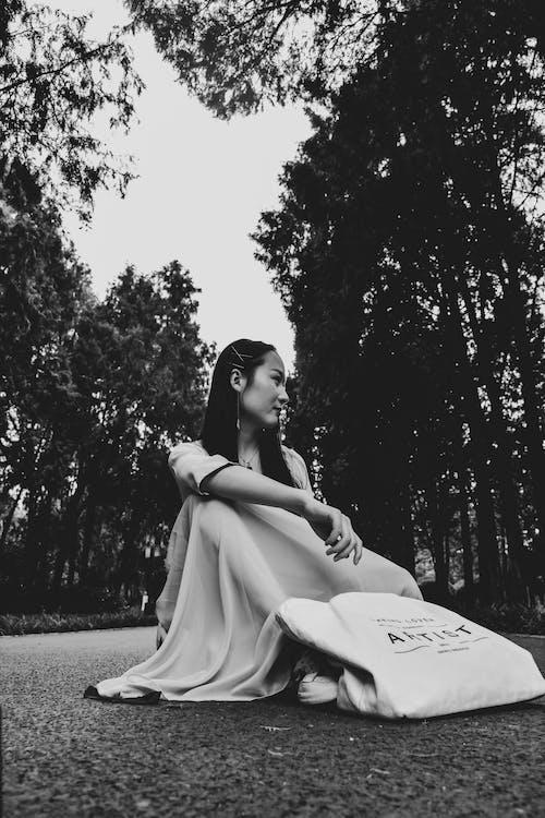 Безкоштовне стокове фото на тему «дерева, дивитися вбік, дорога, жінка»