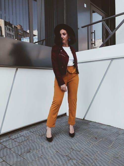 Photos gratuites de à la mode, brune, debout, élégant
