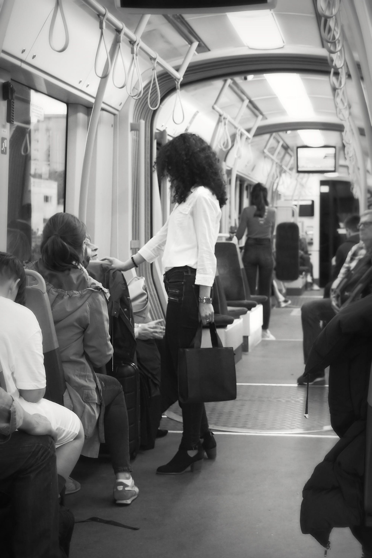 가방, 날씬한, 블랙 앤 화이트, 서있는 젊은 여자의 무료 스톡 사진