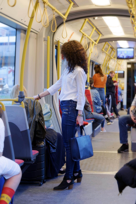 가방, 곱슬머리, 긴 머리, 날씬한의 무료 스톡 사진