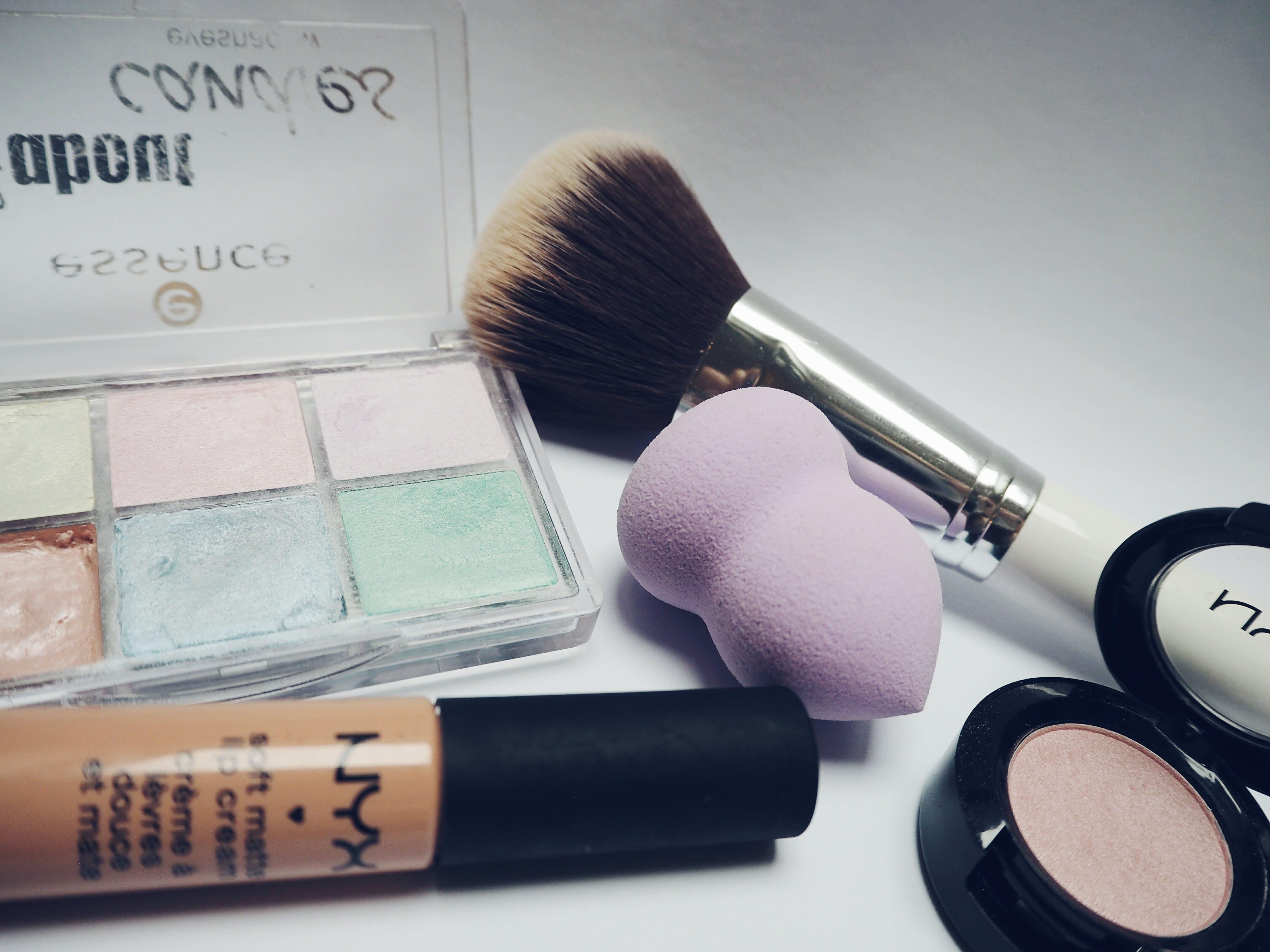 Kostenloses Stock Foto zu augen makeup, lidschatten, lippenstift, make-up pinsel